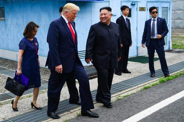 Là Tổng thống Mỹ đầu tiên đặt chân tới Triều Tiên, ông Trump đã đi bao nhiêu bước chân? - Ảnh 1.