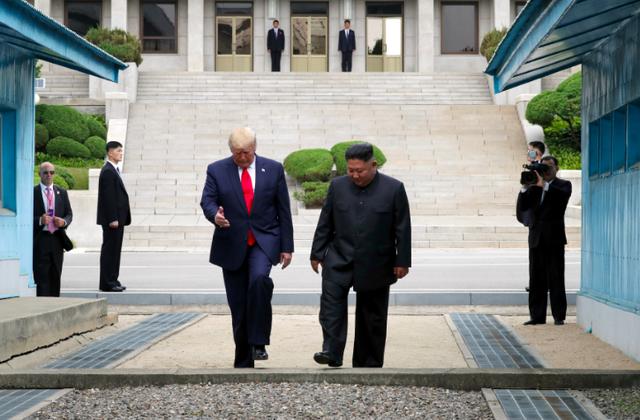 Là Tổng thống Mỹ đầu tiên đặt chân tới Triều Tiên, ông Trump đã đi bao nhiêu bước chân? - Ảnh 2.
