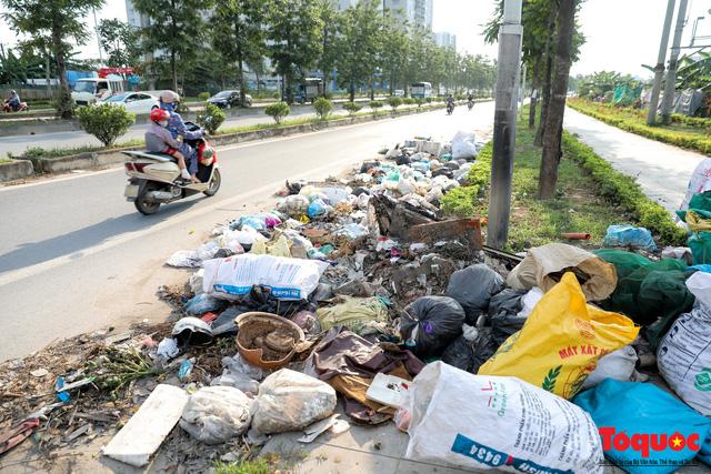 Hà Nội: Sau 2 năm khánh thành, rác vây phố Trịnh Văn Bô, níu chân người đi đường - Ảnh 1.
