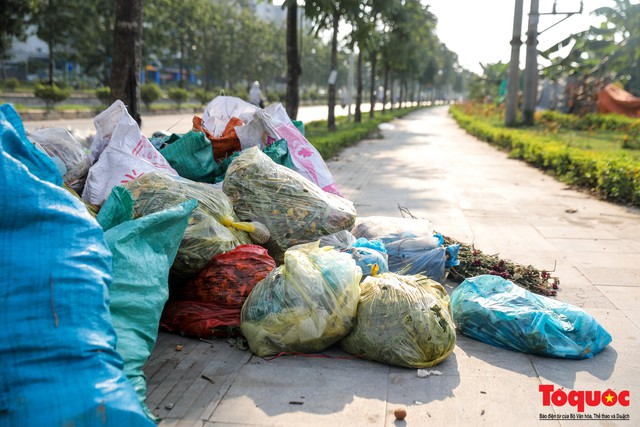 Hà Nội: Sau 2 năm khánh thành, rác vây phố Trịnh Văn Bô, níu chân người đi đường - Ảnh 3.