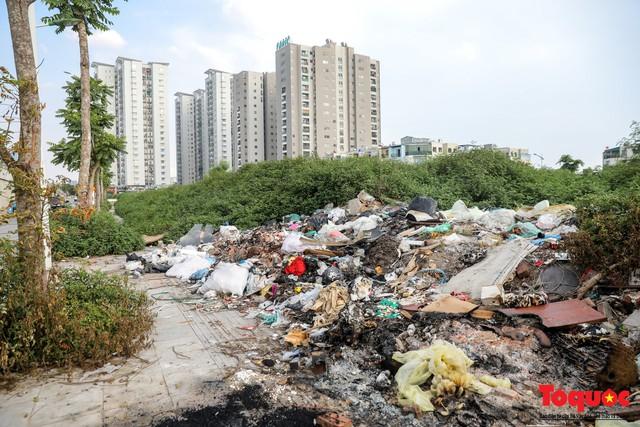 Hà Nội: Sau 2 năm khánh thành, rác vây phố Trịnh Văn Bô, níu chân người đi đường - Ảnh 9.