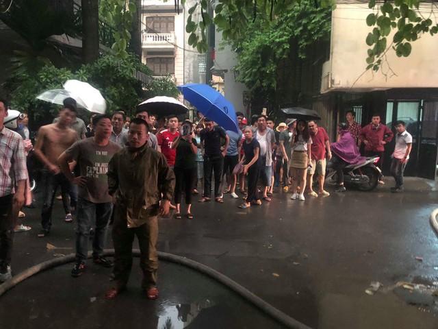 Hà Nội: Cháy nhà trong cơn mưa lớn - Ảnh 2.