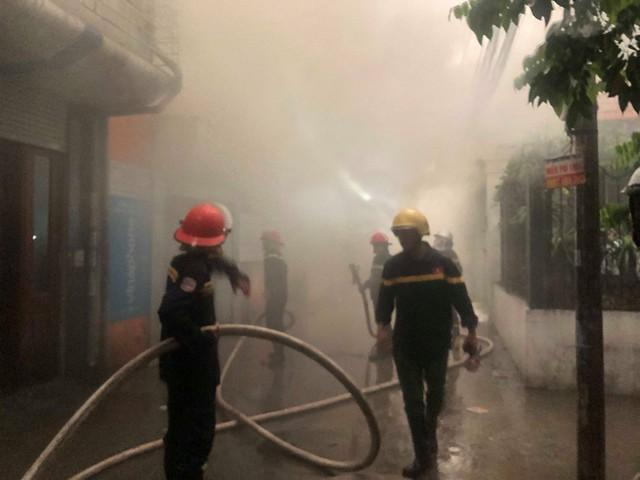 Hà Nội: Cháy nhà trong cơn mưa lớn - Ảnh 4.