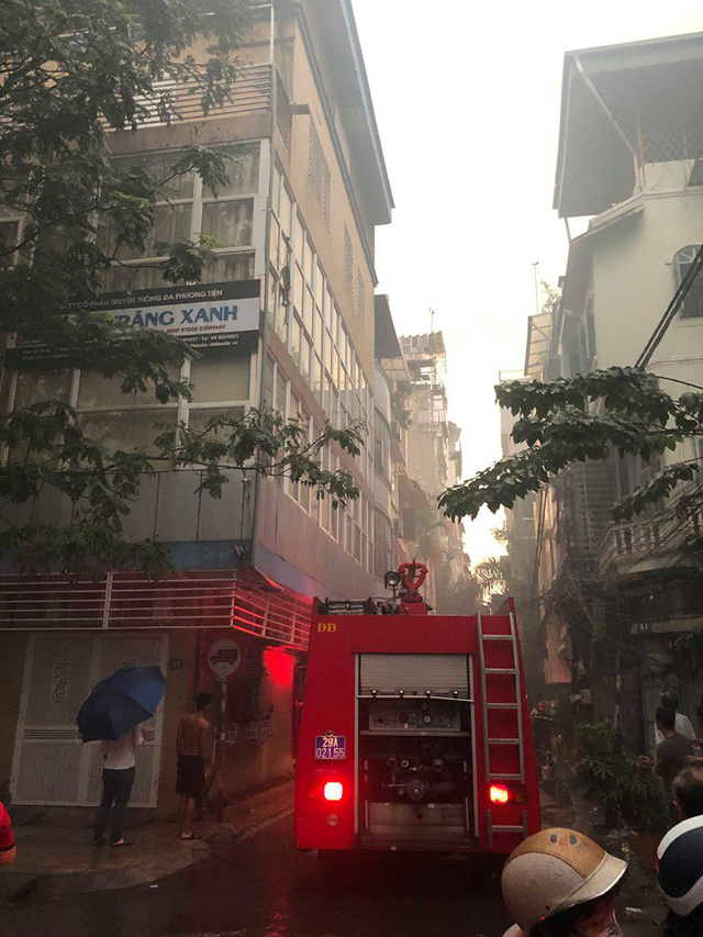 Hà Nội: Cháy nhà trong cơn mưa lớn - Ảnh 6.