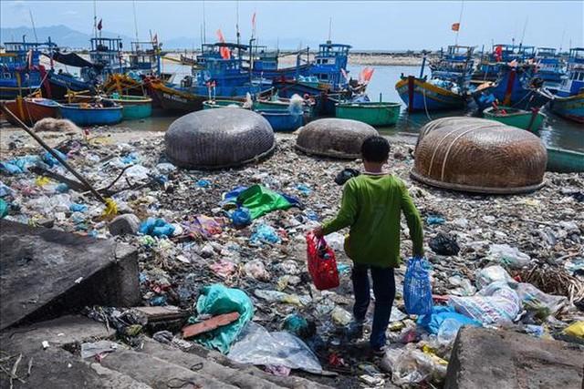 Triển lãm những hình ảnh đáng báo động về rác thải nhựa và sự kêu cứu từ đại dương - Ảnh 1.