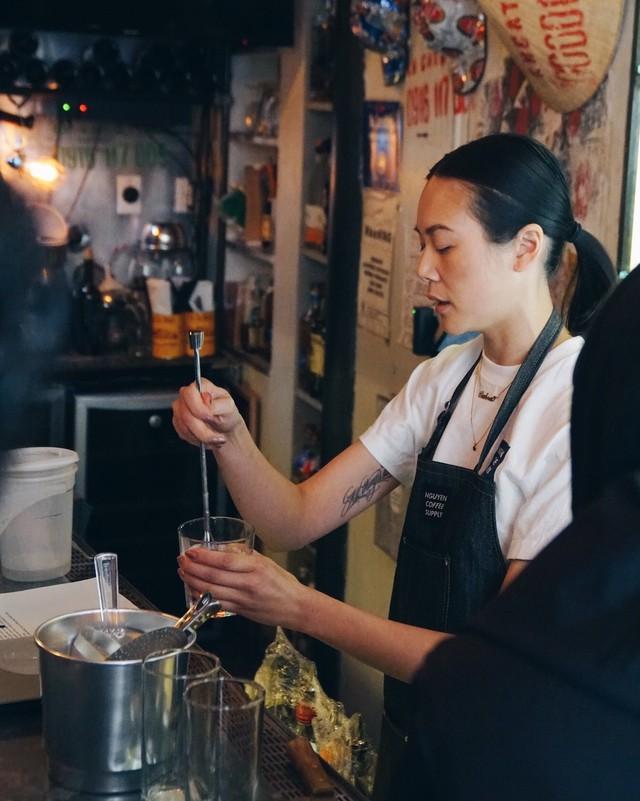 Cô gái gốc Việt trải lòng về kỷ lục độc đầu tiên tại Mỹ và tiệm cà phê phin giữa lòng New York - Ảnh 1.