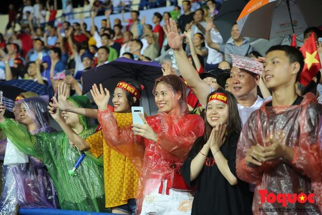 Bất chấp mưa sét gần 20 ngàn CĐV Phú Thọ cổ vũ tiếp lửa tuyển U23 Việt Nam - Ảnh 14.