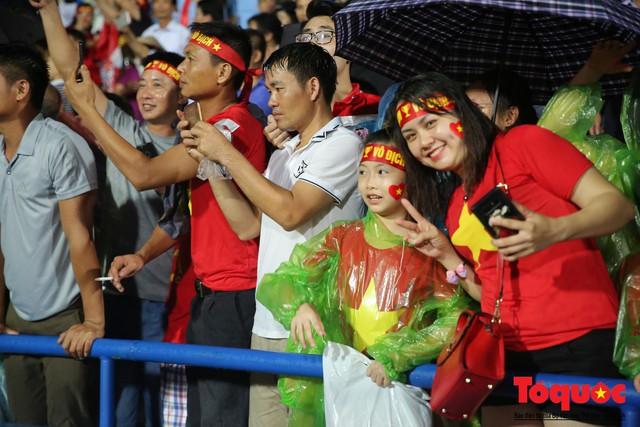 Bất chấp mưa sét gần 20 ngàn CĐV Phú Thọ cổ vũ tiếp lửa tuyển U23 Việt Nam - Ảnh 13.