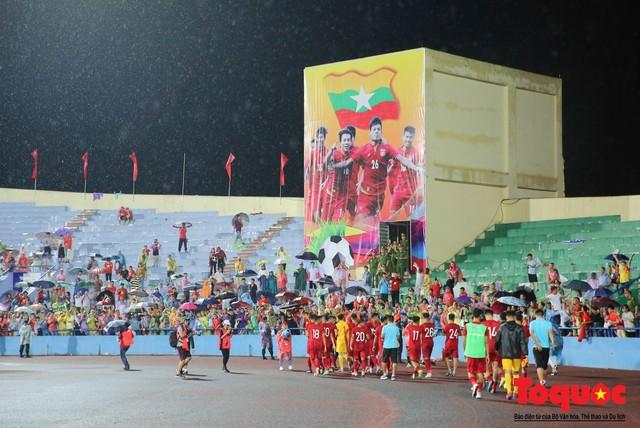 Bất chấp mưa sét gần 20 ngàn CĐV Phú Thọ cổ vũ tiếp lửa tuyển U23 Việt Nam - Ảnh 17.