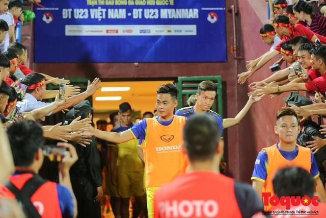 Bất chấp mưa sét gần 20 ngàn CĐV Phú Thọ cổ vũ tiếp lửa tuyển U23 Việt Nam - Ảnh 11.