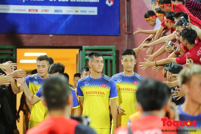 Bất chấp mưa sét gần 20 ngàn CĐV Phú Thọ cổ vũ tiếp lửa tuyển U23 Việt Nam - Ảnh 10.