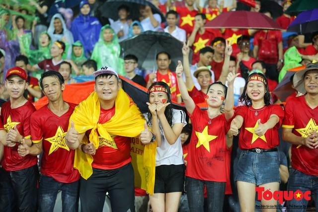 Bất chấp mưa sét gần 20 ngàn CĐV Phú Thọ cổ vũ tiếp lửa tuyển U23 Việt Nam - Ảnh 8.