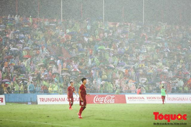 Bất chấp mưa sét gần 20 ngàn CĐV Phú Thọ cổ vũ tiếp lửa tuyển U23 Việt Nam - Ảnh 6.