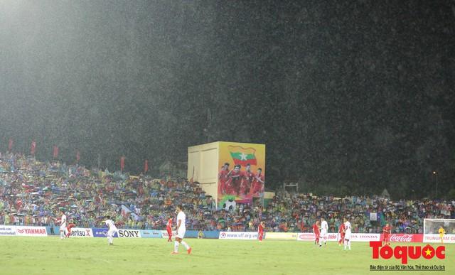 Bất chấp mưa sét gần 20 ngàn CĐV Phú Thọ cổ vũ tiếp lửa tuyển U23 Việt Nam - Ảnh 1.