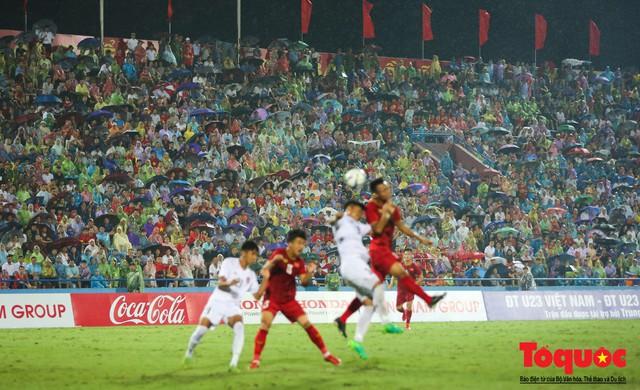Bất chấp mưa sét gần 20 ngàn CĐV Phú Thọ cổ vũ tiếp lửa tuyển U23 Việt Nam - Ảnh 2.