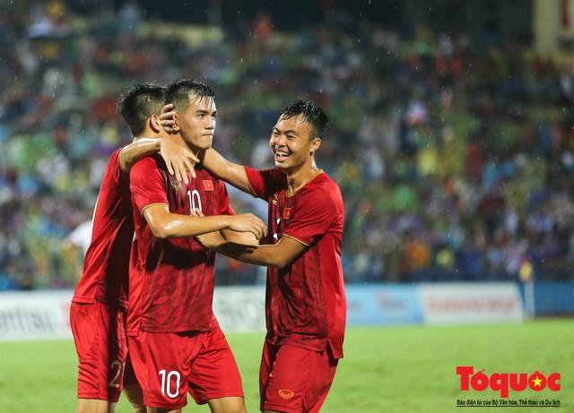 Toàn cảnh U23 Việt Nam đè bẹp U23 Myanmar trong trận thủy chiến trên đất Tổ Vua Hùng - Ảnh 17.