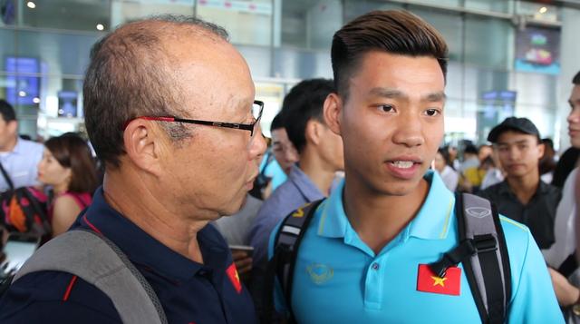 Á quân Kings Cup ĐT Việt Nam trở về rạng ngời, náo loạn sân bay Nội Bài - Ảnh 6.