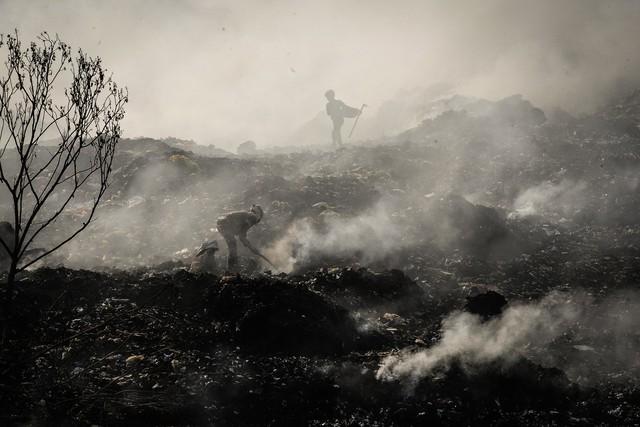 Những bức ảnh ám ảnh về ô nhiễm không khí trưng bày tại các trường đại học ở TP.HCM - Ảnh 2.