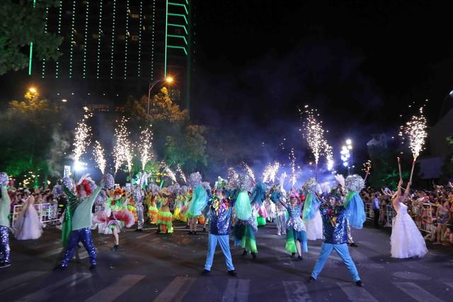 Màn múa lửa trong đêm 30/6 khiến khán giả Lễ hội carnival đường phố – DIFF 2019 vô cùng thích thú - Ảnh 3.