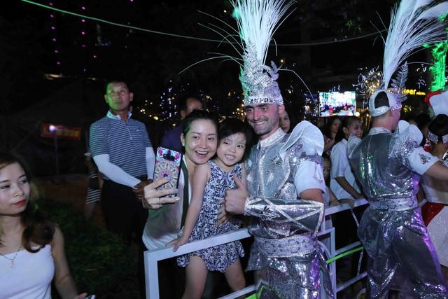 Màn múa lửa trong đêm 30/6 khiến khán giả Lễ hội carnival đường phố – DIFF 2019 vô cùng thích thú - Ảnh 4.