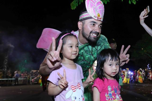 Màn múa lửa trong đêm 30/6 khiến khán giả Lễ hội carnival đường phố – DIFF 2019 vô cùng thích thú - Ảnh 9.