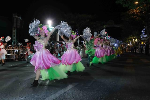 Màn múa lửa trong đêm 30/6 khiến khán giả Lễ hội carnival đường phố – DIFF 2019 vô cùng thích thú - Ảnh 10.