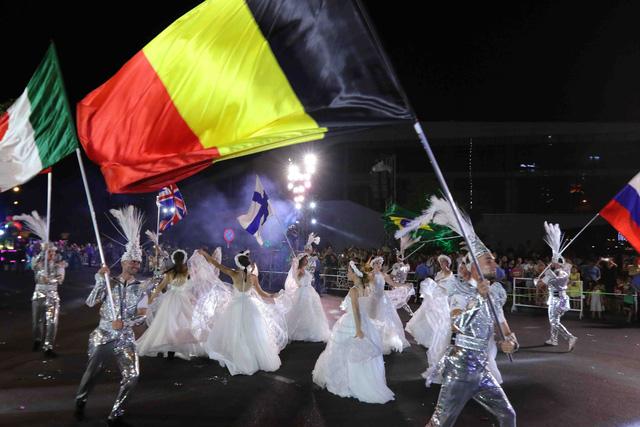 Màn múa lửa trong đêm 30/6 khiến khán giả Lễ hội carnival đường phố – DIFF 2019 vô cùng thích thú - Ảnh 11.