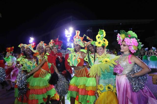 Màn múa lửa trong đêm 30/6 khiến khán giả Lễ hội carnival đường phố – DIFF 2019 vô cùng thích thú - Ảnh 12.