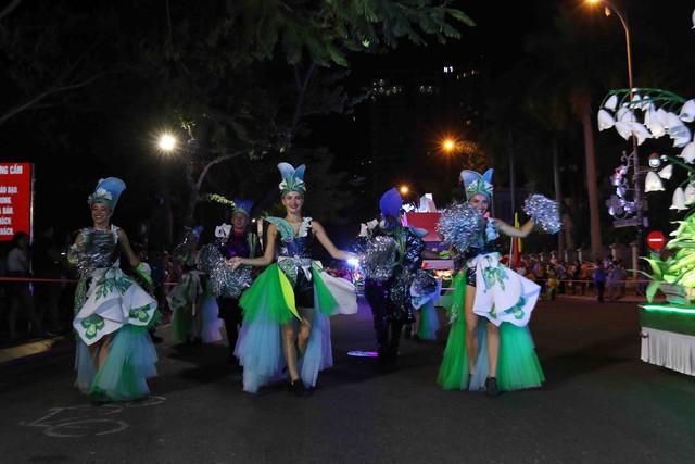 Màn múa lửa trong đêm 30/6 khiến khán giả Lễ hội carnival đường phố – DIFF 2019 vô cùng thích thú - Ảnh 13.