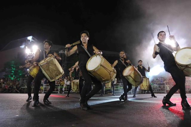 Màn múa lửa trong đêm 30/6 khiến khán giả Lễ hội carnival đường phố – DIFF 2019 vô cùng thích thú - Ảnh 14.