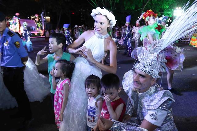 Màn múa lửa trong đêm 30/6 khiến khán giả Lễ hội carnival đường phố – DIFF 2019 vô cùng thích thú - Ảnh 16.