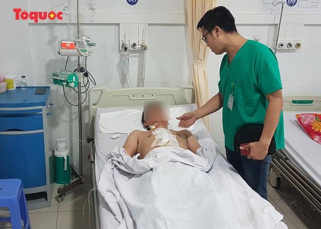 Đang dọn bàn học cho con, người bố không may trượt chân ngã bị kéo đâm vào vùng ngực - Ảnh 2.