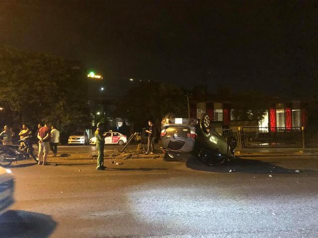 Nữ tài xế mất lái húc sập hàng rào sắt, xe lật ngửa giữa phố Hà Nội trong đêm - Ảnh 1.