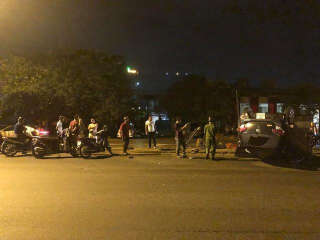 Nữ tài xế mất lái húc sập hàng rào sắt, xe lật ngửa giữa phố Hà Nội trong đêm - Ảnh 2.