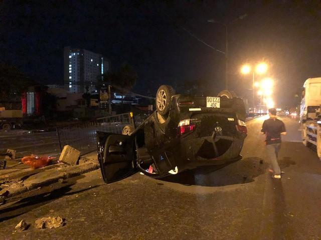 Nữ tài xế mất lái húc sập hàng rào sắt, xe lật ngửa giữa phố Hà Nội trong đêm - Ảnh 3.