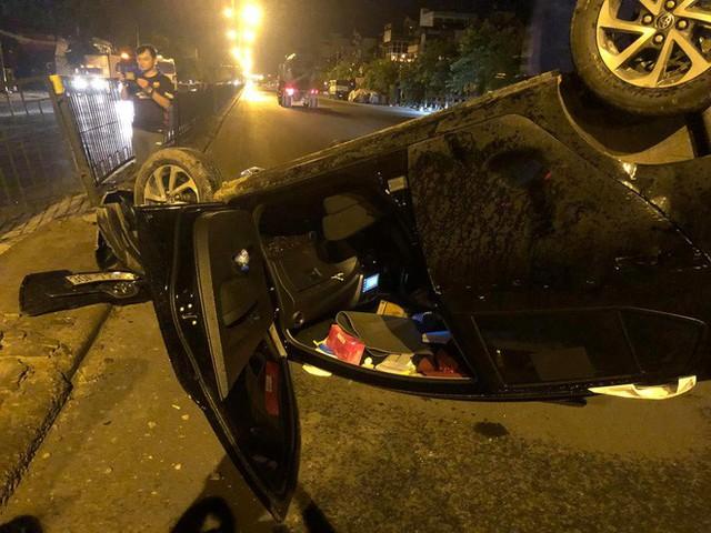Nữ tài xế mất lái húc sập hàng rào sắt, xe lật ngửa giữa phố Hà Nội trong đêm - Ảnh 4.