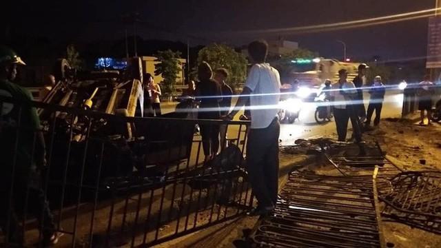 Nữ tài xế mất lái húc sập hàng rào sắt, xe lật ngửa giữa phố Hà Nội trong đêm - Ảnh 5.