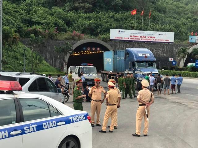 Bắt đối tượng nghi ngáo đá gây tai nạn liên hoàn trong Hầm Hải Vân - Ảnh 1.