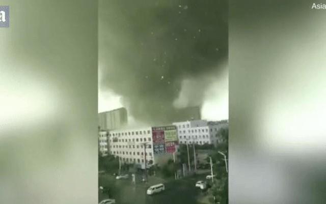 Cảnh tượng như tận thế khi lốc xoáy kinh hoàng xé toạc thành phố Trung Quốc - Ảnh 1.