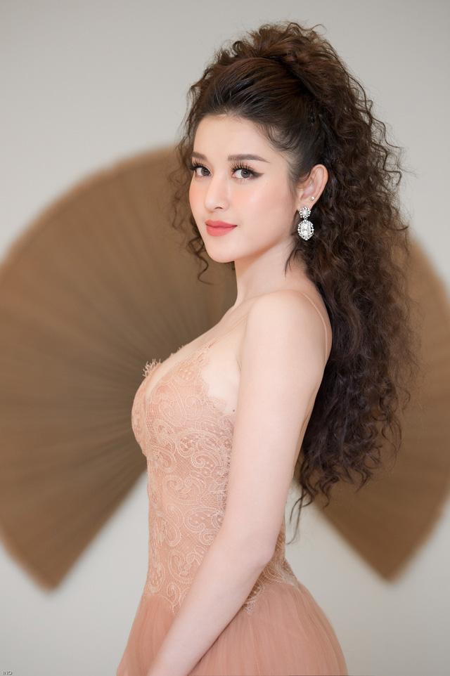 Á hậu Huyền My gây chú ý với mái tóc xù khổng lộ - Ảnh 10.