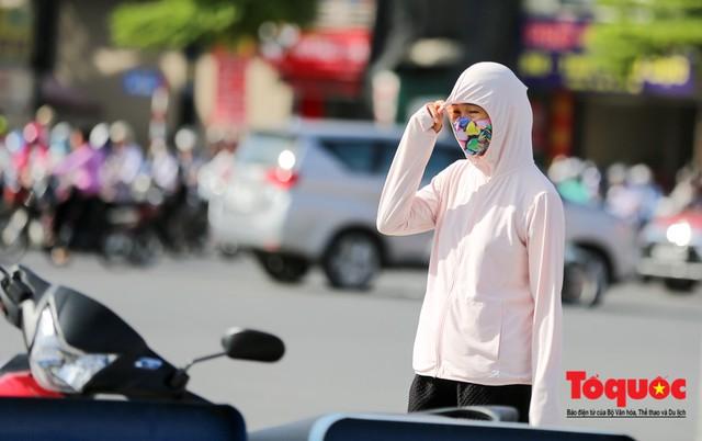 Người dân Thủ đô quay cuồng với cái nắng 43 độ C lúc 7h sáng - Ảnh 5.