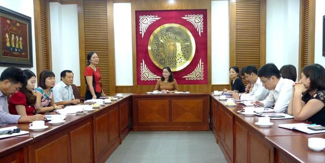 Bà Vũ Dương Thúy Ngà, Vụ trưởng Vụ Thư viện báo cáo tại buổi sơ kết