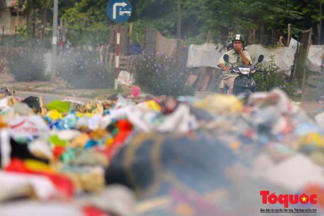 Hà Nội: Ngỡ ngàng sau một đêm 4 chiếc ô tô chìm trong bãi rác - Ảnh 17.