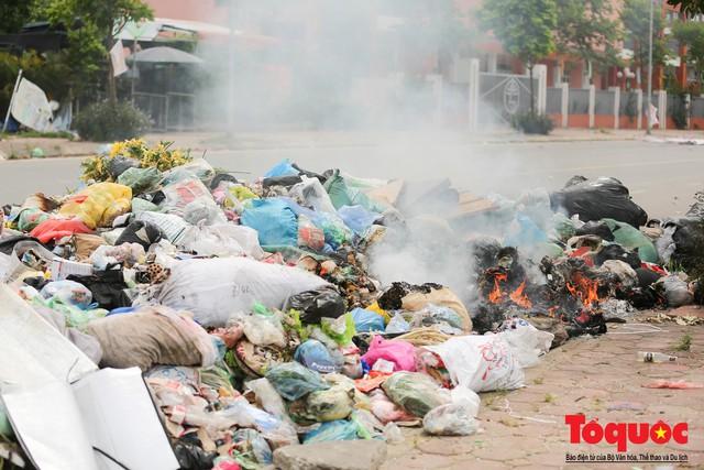 Hà Nội: Ngỡ ngàng sau một đêm 4 chiếc ô tô chìm trong bãi rác - Ảnh 14.