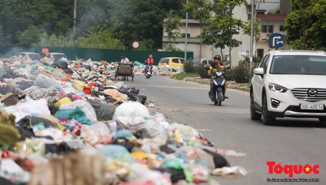 Hà Nội: Ngỡ ngàng sau một đêm 4 chiếc ô tô chìm trong bãi rác - Ảnh 6.
