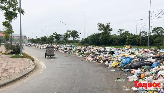 Hà Nội: Ngỡ ngàng sau một đêm 4 chiếc ô tô chìm trong bãi rác - Ảnh 1.