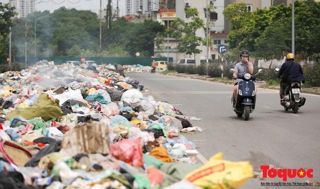 Hà Nội: Ngỡ ngàng sau một đêm 4 chiếc ô tô chìm trong bãi rác - Ảnh 12.