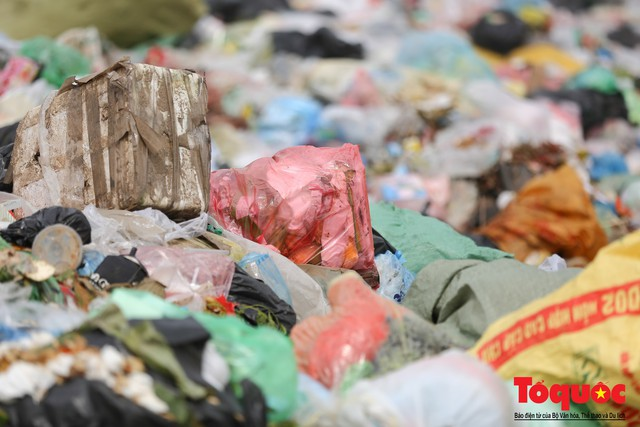 Hà Nội: Ngỡ ngàng sau một đêm 4 chiếc ô tô chìm trong bãi rác - Ảnh 11.