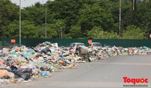 Hà Nội: Ngỡ ngàng sau một đêm 4 chiếc ô tô chìm trong bãi rác - Ảnh 2.