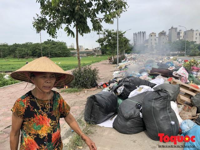 Hà Nội: Ngỡ ngàng sau một đêm 4 chiếc ô tô chìm trong bãi rác - Ảnh 10.